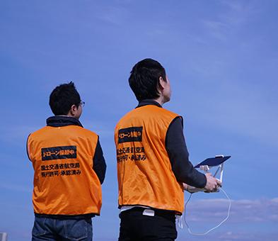 ドローン操縦士と管理者の画像